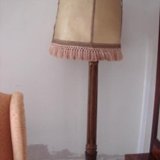 Antigüedades: LAMPARA DE PIE ANTIGUA EN MADERA TALLADA CON POLICROMÍA. Lote 26927789