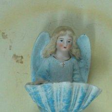 Antigüedades: ANTIGUA BENDITERA EN CERAMICA BISCUIT ANGEL POLICROMADA. Lote 27283196