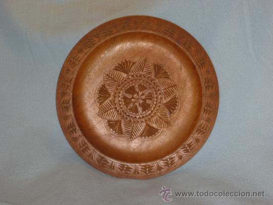 PLATO MADERA TALLADO (Antigüedades - Hogar y Decoración - Platos Antiguos)