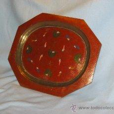 Antigüedades: BANDEJA DE METAL CINCELADA DECORADA CON PAJARO DE COLORES. PARA COLGAR.. Lote 27547344
