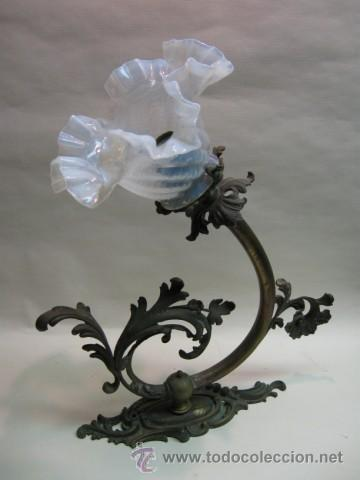 PALACIEGO APLIQUE DE PARED GRAN TAMAÑO. FF.SG.XIX. BRONCE MUY TRABAJADO, TULIPA CRISTAL IRISCENTE. (Antigüedades - Iluminación - Apliques Antiguos)
