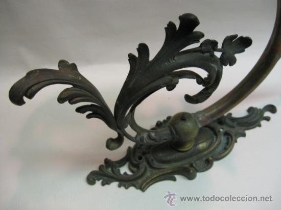 Antigüedades: PALACIEGO APLIQUE DE PARED GRAN TAMAÑO. FF.SG.XIX. BRONCE MUY TRABAJADO, TULIPA CRISTAL IRISCENTE. - Foto 4 - 13093983