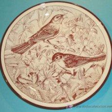 Antigüedades: PLATO DE PORCELANA DE TOGNANA CON IMAGEN DE RUISEÑORES. DIAMETRO 24 CM. Lote 23616023
