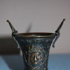 Antigüedades: COPA DE BRONCE ESTILO IMPERIO CON RELIEVE Y BASE EN MADERA FINALES S XIX. Lote 27197407
