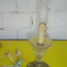 Antigüedades: LAMPARA DE MESILLA CRISTAL Y BRONCE. Lote 13536491