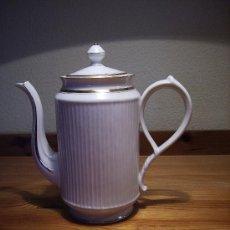 Antigüedades: ESPLENDIDA CAFETERA BLANCA PORCELANA FRANCESA CON SELLO. IMPECABLE. Lote 27501284