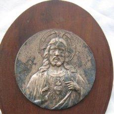 Antigüedades: ANTIGUA BENDITERA CORAZON DE JESUS EN MADERA Y ALPACA PLATEADA. Lote 13695666