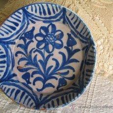 Antigüedades: PLATO CERMICA O FUENTE FAJALAUZA (GRANADA) CON FLOR Y GUIRNALDAS, MARCAS TRIPODE. S:XIX. Lote 23691755