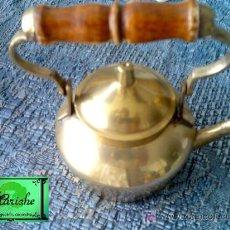 Antigüedades: PEQUEÑA TETERA DE BRONCE Y ASA DE MADERA. Lote 26204472