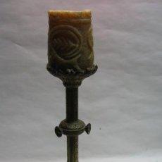 Antigüedades: CANDELABRO DE IGLESIA BRONCE, BASE CON ESPIGAS DE TRIGO. SG.XIX. 1870 -1890. MIDE 25 X 15 CM.. Lote 14068763
