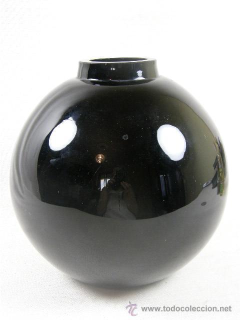 jarrn de vidrio negro soplado y moldeado de forma esfrica con boca circular aos