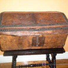 Antigüedades: ARQUETA DE MADERA FORRADA EN PIEL. Lote 25552075