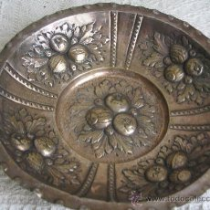Antigüedades: PANERA BANDEJA O FUENTE CHAPA ALPACA CON FRUTAS EN RELIEVE,. Lote 26829795
