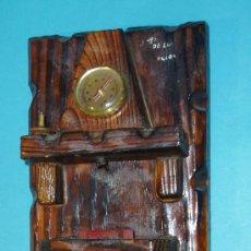 Antigüedades: CUELGA LLAVES CON TERMOMETRO Y ESCENA FOLCLORICA. ALTURA 35 CM. Lote 26831263
