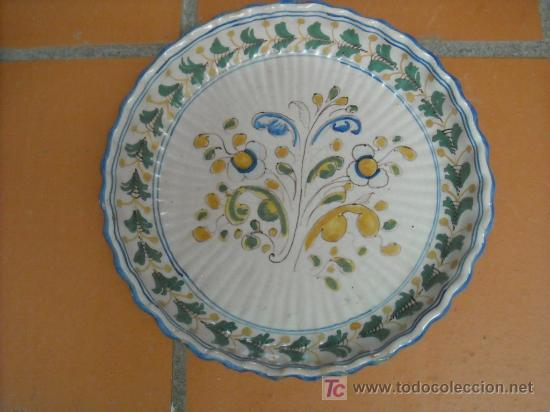 FUENTE ANTIGUA NAVEIRO TALAVERA ANTIGUA. ACANALADA.. 29 CM DIÁMETRO. (Antigüedades - Porcelanas y Cerámicas - Talavera)
