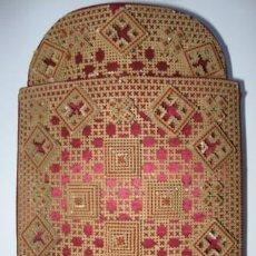 Antigüedades: TABAQUERA EN SEDA CARTON TROQUELADO BORDADO TRABAJO MONJIL. FF.SG.XIX. MIDE 16X11CM. RECUERDO.. Lote 15245268