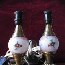 Antigüedades: PAREJA DE LAMPARITAS DE MESA EN BRONCE Y CRISTAL PINTADO, CIRCA 1900. Lote 15377042