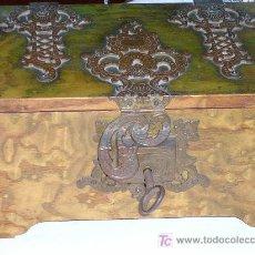 Antigüedades: PRECIOSA CAJA CON HERRAJES S-XIX TENTACIONES. Lote 129126859