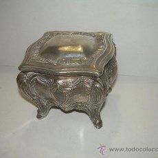 Antigüedades: ANTIGUO Y BONITO JOYERO DE ESTAÑO PLATEADO. Lote 26358473