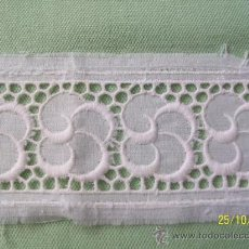 Antigüedades: ANTIGUA PUNTILLA ON ENCAJE BORDADO 36 CMS.. Lote 26452177