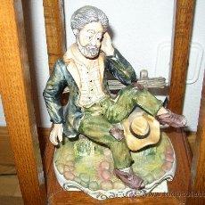 Antigüedades: FIGURA DE HOMBRE,EN CERAMICA, REFLEXIONANDO EN UN BANCO. Lote 24406272