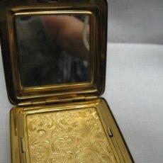 Antigüedades: PRECIOSA POLVERA EN LATON DORADO BIEN TRABAJADO. AÑOS 1930 - 1940, CUADRADA ESPEJO. 6,5X6,5CM.. Lote 15901121