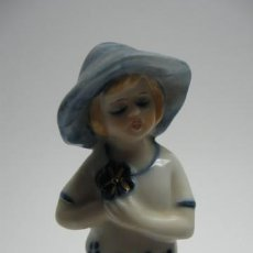 Antigüedades: FIGURA DE PORCELANA COLOREADA, NIÑA , . MIDE 13 X 4 CM. PERFECTA. EPOCA ART DECO 1920.. Lote 16263441