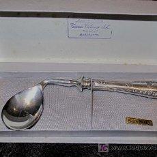 Antigüedades: ANTIGUA CUCHARILLA DE PLATA. FORMA CURVADA. EN CAJA ORIGINAL. Lote 27345947