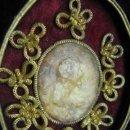 Antigüedades: ELABORADO AGNUS DEI CON MEDALLON EN CERA DE SANTO SG.XVIII. TERCIOPELO HILO METALICO DORADO. . Lote 28113306
