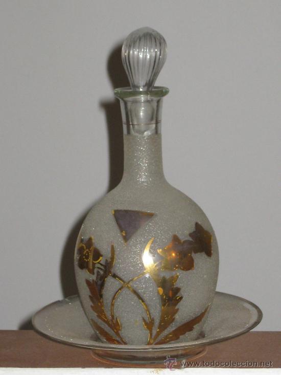 botella de cristal glaseado con decoracion oro plato y para licor