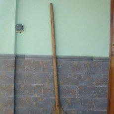 Antigüedades: PALA PARA AVENTAR EL CEREAL, DE MADERA -145 CMS DE LONGUITUD-. Lote 26585642