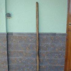 Antigüedades: HORCA -VIERGO- PARA AVENTAR EL CEREAL, DE MADERA. 145 CMS DE LONGUITUD APROXIMADOS. Lote 26524519
