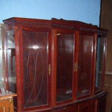 Antigüedades: GRAN VITRINA COLOR CAOBA CON CRISTALES TALLADOS.. Lote 27512680