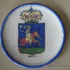 Antigüedades: PLATO CON EL ESCUDO DE HUESCA, PINTADO A MANO Y FIRMADO EN BASE, V. QUISMONDO, TOLEDO. . Lote 26985922