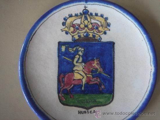 Antigüedades: PLATO CON EL ESCUDO DE HUESCA, PINTADO A MANO Y FIRMADO EN BASE, V. QUISMONDO, TOLEDO. - Foto 2 - 26985922