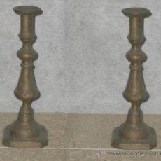 Antigüedades: DOS ANTIGUOS CANDELABROS BRONCE - HACEN PAREJA.. Lote 27011951