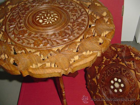 PAREJA DE MESILLAS ORIENTALES EN MADERA E INCRUSTACIONES DE HUESO (Antigüedades - Muebles Antiguos - Veladores Antiguos)