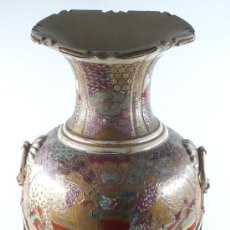 Antigüedades: JARRÓN ORIENTAL JAPONÉS SACSUMA DE CERÁMICA 65 CM ALTURA CON LA BASE DE MADERA.. Lote 27213201