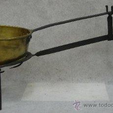 Antigüedades: ANTIGUO CAZO COBRE - MANGO HIERRO FORJADO - Y SOPORTE TRIPODE EN HIERRO FORJADO. Lote 27106907