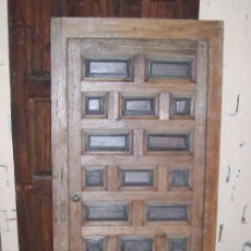 Antigüedades: PUERTA CASTELLANA CON LOS CUARTERONES DE NOGAL Y CERCO, DE PEQUEÑAS DIMENSIONES.. Lote 27371908
