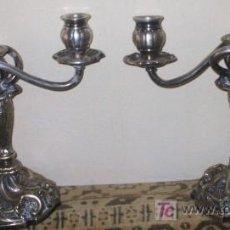 Antigüedades: PAREJA DE CANDELABROS PRECIOSOS METAL PLATEADO. Lote 26561369