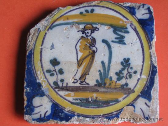 AZULEJO CON PERSONAJE VISTIENDO CAPA Y SOMBRERO.TRIANA(SEVILLA) S.XVIII.SIGUIENDO MODLOS DE DELF (Antigüedades - Porcelanas y Cerámicas - Triana)