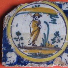 Antigüedades: AZULEJO CON PERSONAJE VISTIENDO CAPA Y SOMBRERO.TRIANA(SEVILLA) S.XVIII.SIGUIENDO MODLOS DE DELF. Lote 27373245