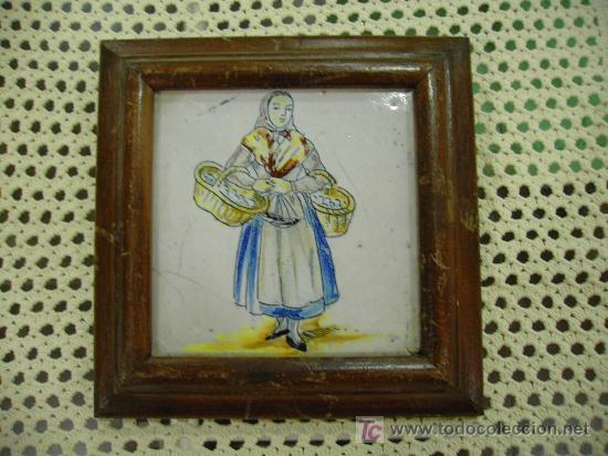 ANTIGUEDAD: CAMPESINA EN AZULEJO PINTADO A MANO MARCO MADERA (Antigüedades - Porcelanas y Cerámicas - Azulejos)