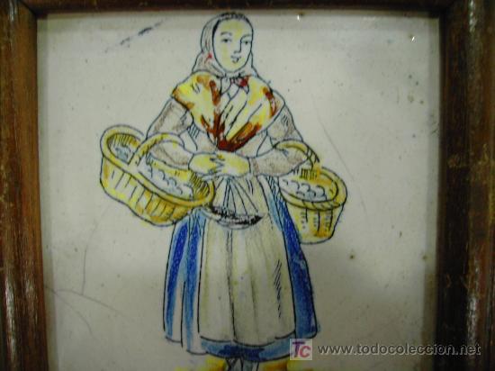 Antigüedades: ANTIGUEDAD: CAMPESINA EN AZULEJO PINTADO A MANO MARCO MADERA - Foto 2 - 17787194