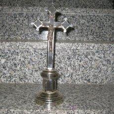 Antigüedades: CRUCIFIJO DE MESA PLATEADO SOBRE PEANA. METAL Y MADERA.. Lote 27544672