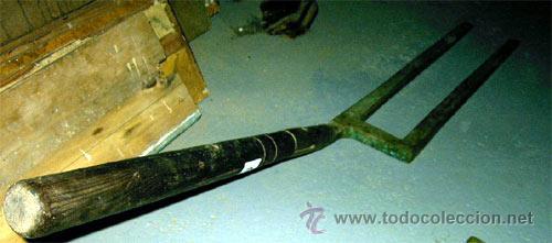 Antigüedades: Layas antiguas para la labranza.Herramienta de madera y bronce. Medida 106x13 cm - Foto 2 - 25644065