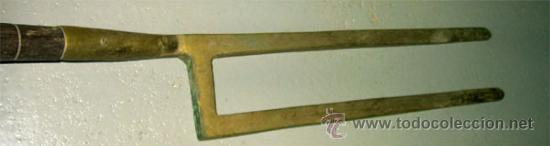 Antigüedades: Layas antiguas para la labranza.Herramienta de madera y bronce. Medida 106x13 cm - Foto 3 - 25644065