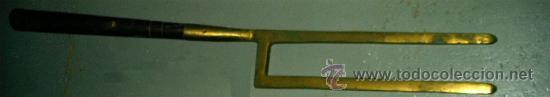 Antigüedades: Layas antiguas para la labranza.Herramienta de madera y bronce. Medida 106x13 cm - Foto 4 - 25644065