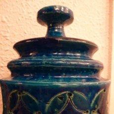 Antigüedades: VASIJA CON TAPA EN CERAMICA AZUL BITOSSI ITALIA. Lote 18380176
